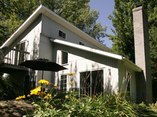 Hotel Pictures: Cottages du Lac Orford, Unité D, Le Nymphéa, Eastman