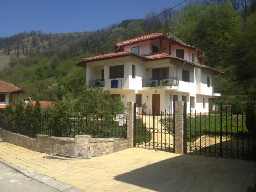 Фотографии отеля: Guest House Milena, Balkanets