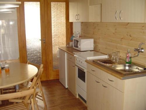 Una cocina o kitchenette en Azúr Apartman