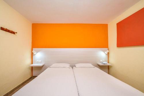 Una cama o camas en una habitación de Apartamentos Morasol