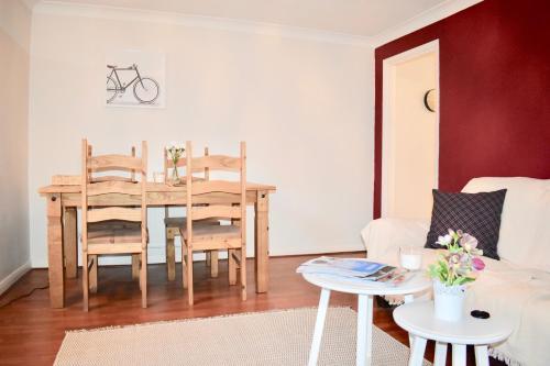 Um restaurante ou outro lugar para comer em 1 Bedroom Central Flat