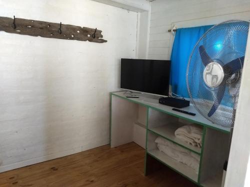 Una televisión o centro de entretenimiento en El Tamarisco