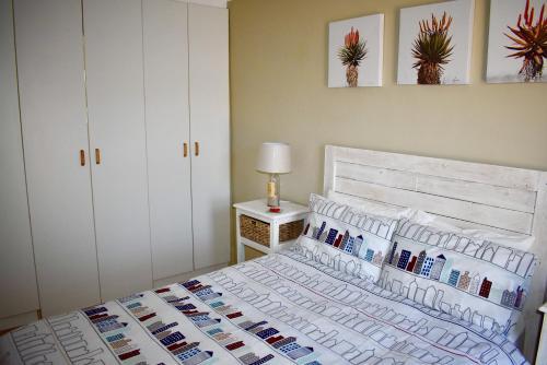 سرير أو أسرّة في غرفة في 10 On Ou Kraal