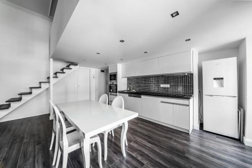 مطبخ أو مطبخ صغير في Király 28 Entire Aircon Center Apartment