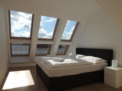 Cama ou camas em um quarto em Edelweiss City Apartments UNITED NATIONS