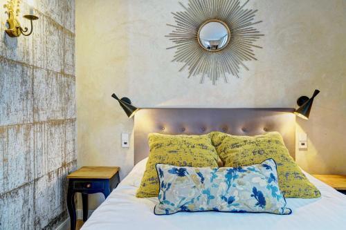سرير أو أسرّة في غرفة في Apartments Du Louvre