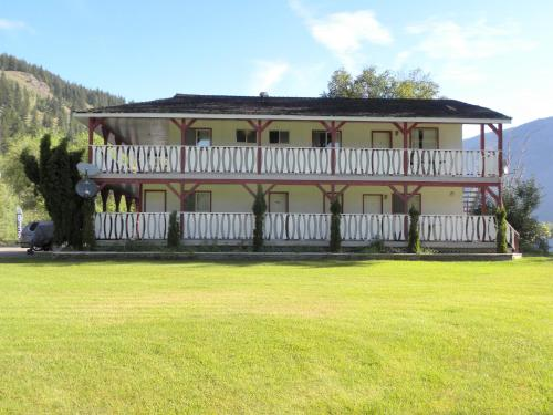 Hotel Pictures: Rivermount Motel - Bed & Breakfast, Little Fort