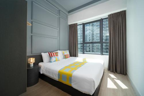 سرير أو أسرّة في غرفة في OYO Home 916 Elegant 2BR Arte Plus
