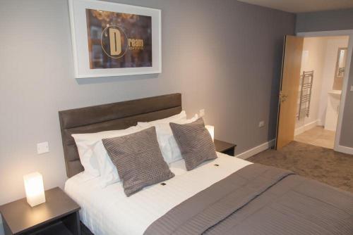 Una cama o camas en una habitación de Dream Apartments Quayside