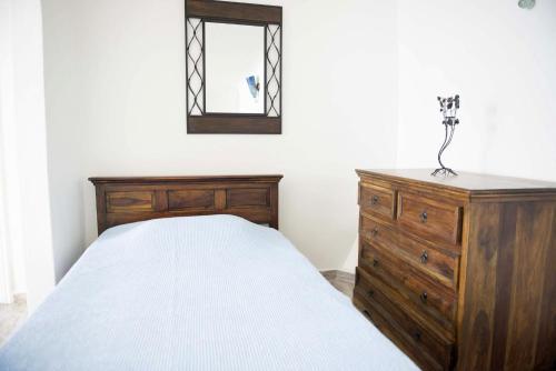 سرير أو أسرّة في غرفة في كابتن جون