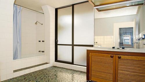 A cozinha ou cozinha compacta de By The Sea Unit 4, 13 Esplanade, Kings Beach