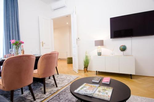 Una televisión o centro de entretenimiento en The Flats Apartments - Naschmarkt