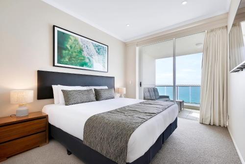 Cama ou camas em um quarto em Pacific Views Resort