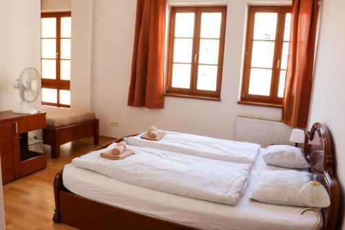 Cama ou camas em um quarto em Big Apartment by Wenceslav Square
