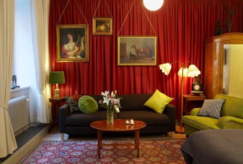 Lady Hamilton Apartments