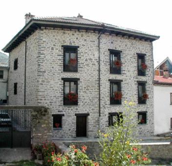 Hotel Pictures: Apartamentos Casa Isabale, Biescas
