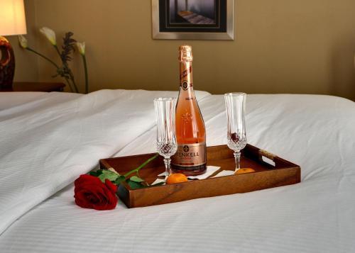 Cama ou camas em um quarto em Rosellen Suites at Stanley Park