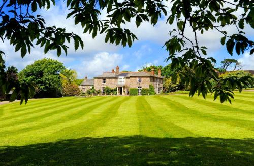 Hotel Pictures: Broomhill Manor Holiday Cottages, Bude