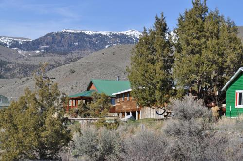 North Yellowstone Lodge and Hostel