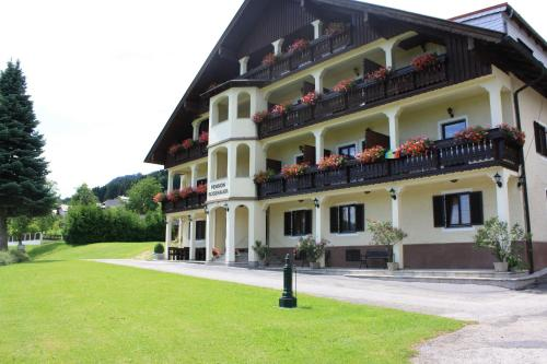 Hotelbilleder: Pension Rosenauer Zimmer & Ferienwohnungen, Nussdorf am Attersee