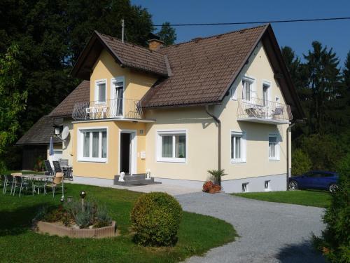 Hotellikuvia: Ferienwohnungen Rasinger, Schiefling am See