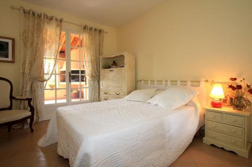 Hotel Pictures: Les Vignes Blanches Villa, Caumont-sur-Durance