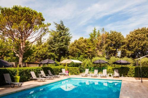 Hotel Pictures: Le Petit Manoir Logis, Les Angles Gard