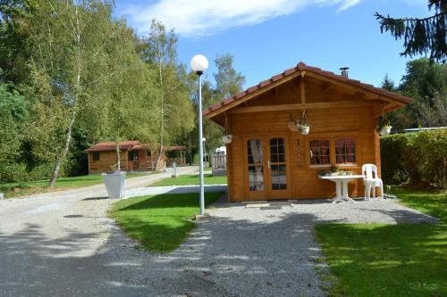 Hotel Pictures: Camping du Lac de la Seigneurie, Leval