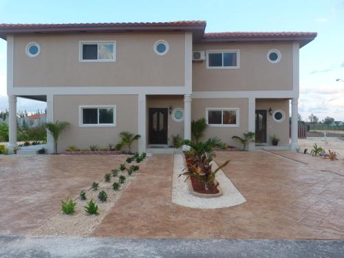 Hotel Pictures: Two-Bedroom Townhouse near Coral Harbour Beach, Nassau
