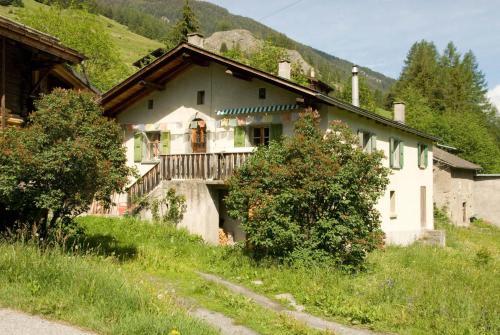 Hotel Pictures: Maison aux Volets Verts, Liddes