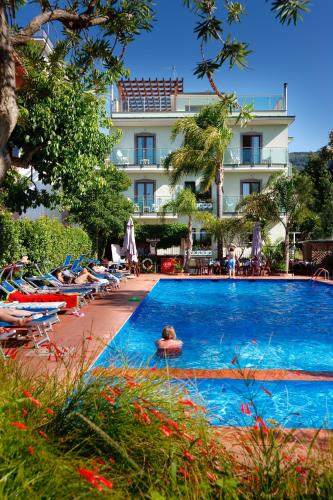 La pileta dentro o cerca de Comfort Hotel Gardenia Sorrento Coast