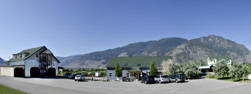 Hotel Pictures: Crowsnest Vineyards Guest House, Keremeos