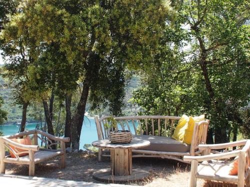 Hotel Pictures: , Esparron-de-Verdon