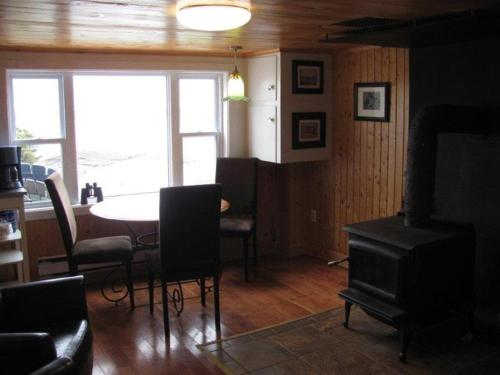 Hotel Pictures: Wolfcove Retreat House, Amherst Cove