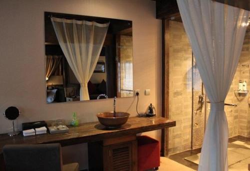 Hotel Pictures: Sunshine Island Holiday Home, Ninglang