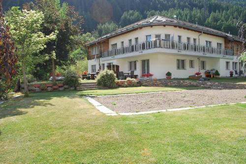 Hotel Pictures: Aquarell Ferienwohnungen, Saas-Grund