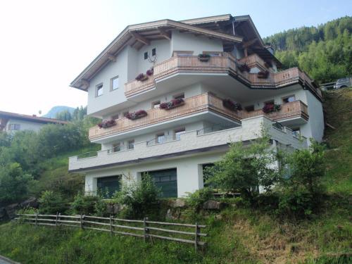 Hotel Pictures: Landhaus Alpenjäger, Hainzenberg