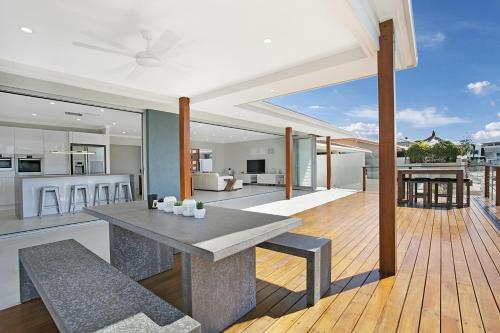 Hotel Pictures: Capri Waters Holiday Home, Gold Coast