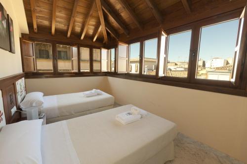 سرير أو أسرّة في غرفة في Mercader de Sedas Apartments