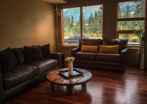 Hotel Pictures: Rundle Cliffs Lodge Getaway, Canmore