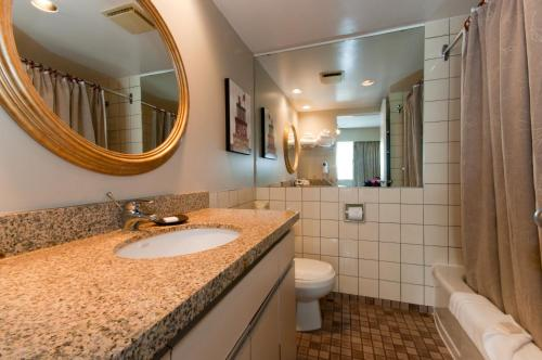 Um banheiro em Rosellen Suites at Stanley Park