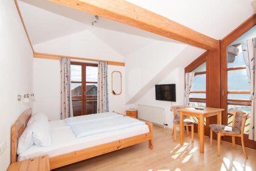 Fotos do Hotel: Gasthof Pension - Café Konditorei Hassler, Berg im Drautal