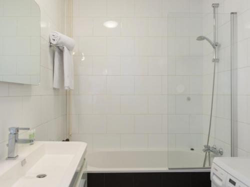 Hotel Pictures: Apartment Bos en Vaartlaan, Amstelveen