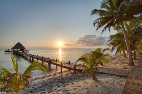 Hotel Pictures: Robert's Grove Beach Resort, Placencia Village