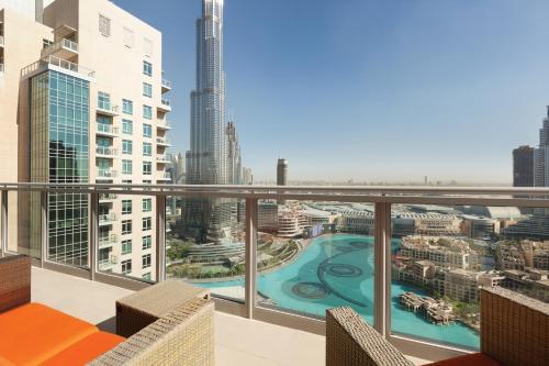 Una vista de la pileta en Ramada Downtown Dubai o alrededores