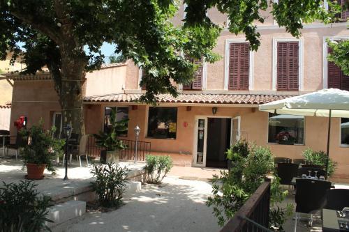 Hotel Pictures: Le Clos Des Acacias, Signes