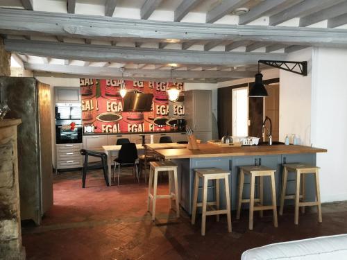 Um restaurante ou outro lugar para comer em DDay Holiday Home near Bayeux