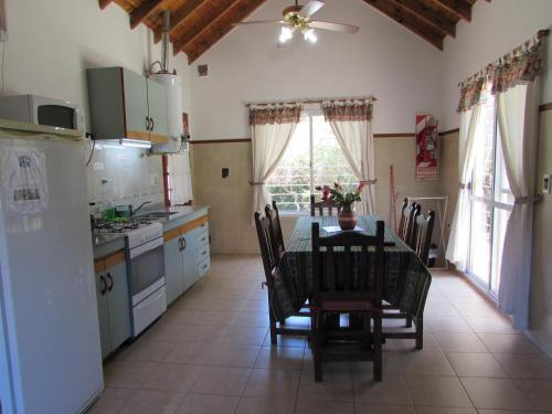 Una cocina o kitchenette en Cabañas El Maiten