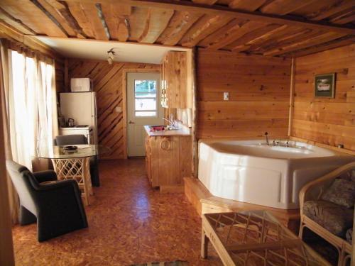 Hotel Pictures: Mowat Landing Cottages, New Liskeard