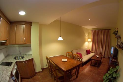 Hotel Pictures: Apartamentos Turmo, Labuerda